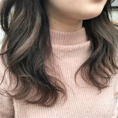 ベージュ グレージュ セミロング 波ウェーブ ヘアスタイルや髪型の写真・画像