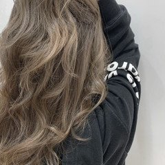 ミルクティーグレージュ エレガント ブリーチカラー 大人可愛い ヘアスタイルや髪型の写真・画像