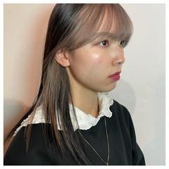 セミロング ホワイトシルバー シルバーアッシュ フェミニン ヘアスタイルや髪型の写真・画像