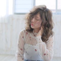 セミロング ウェーブ ガーリー アンニュイ ヘアスタイルや髪型の写真・画像