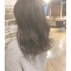 セミロング グレージュ アッシュ 波ウェーブ ヘアスタイルや髪型の写真・画像