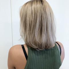 フェミニン ブリーチ 透明感 ホワイトグレージュ ヘアスタイルや髪型の写真・画像