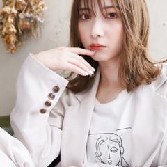 ヌーディベージュ ミルクティーベージュ ミディアム フェミニン ヘアスタイルや髪型の写真・画像