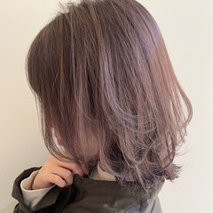 フェミニン ミディアム ダブルカラー ピンクベージュ ヘアスタイルや髪型の写真・画像