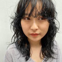 ミディアム ナチュラル 個性的 ウルフパーマ ヘアスタイルや髪型の写真・画像