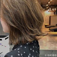 ナチュラル シアーベージュ ミディアムレイヤー 極細ハイライト ヘアスタイルや髪型の写真・画像