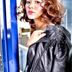 ガーリー ストリート ミディアム ウェーブ ヘアスタイルや髪型の写真・画像