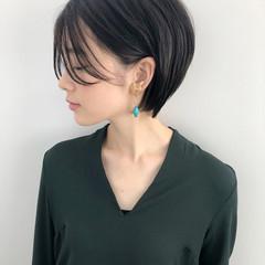 耳掛けショート 前髪パーマ ナチュラル ショート ヘアスタイルや髪型の写真・画像
