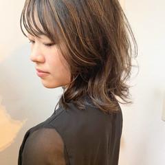 ミディアム ミルクティーグレージュ アッシュグレージュ ウルフカット ヘアスタイルや髪型の写真・画像