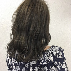 グレージュ 波ウェーブ 春 ナチュラル ヘアスタイルや髪型の写真・画像