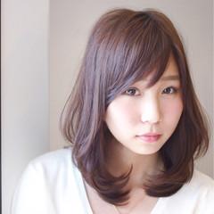 レイヤーカット 大人かわいい ミディアム フェミニン ヘアスタイルや髪型の写真・画像