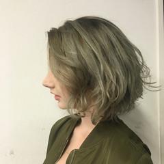 ボブ カーキアッシュ 外国人風 グレージュ ヘアスタイルや髪型の写真・画像