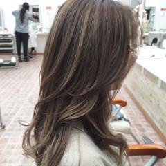 フェミニン ハイライト ロング アッシュ ヘアスタイルや髪型の写真・画像