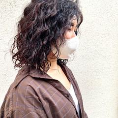スパイラルパーマ パーマ ミディアム 切りっぱなし ヘアスタイルや髪型の写真・画像