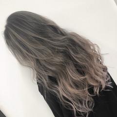バレイヤージュ シルバーアッシュ ホワイトアッシュ ストリート ヘアスタイルや髪型の写真・画像