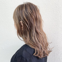 ロング エレガント ハイライト ミルクティーベージュ ヘアスタイルや髪型の写真・画像