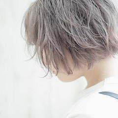 ミルクティーアッシュ ミルクティーグレージュ ショートヘア ハイトーンカラー ヘアスタイルや髪型の写真・画像