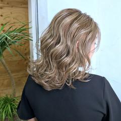 エレガント ミディアム ベージュ コントラストハイライト ヘアスタイルや髪型の写真・画像
