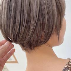 ブリーチ ナチュラル ショートヘア ベージュ ヘアスタイルや髪型の写真・画像