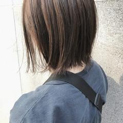 切りっぱなしボブ カジュアル 外ハネボブ グレージュ ヘアスタイルや髪型の写真・画像