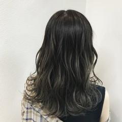 透明感 アッシュベージュ 外国人風 波ウェーブ ヘアスタイルや髪型の写真・画像