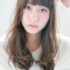 ミディアム フェミニン グレージュ 前髪あり ヘアスタイルや髪型の写真・画像