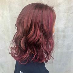 ベリーピンク バレイヤージュ 切りっぱなしボブ ガーリー ヘアスタイルや髪型の写真・画像