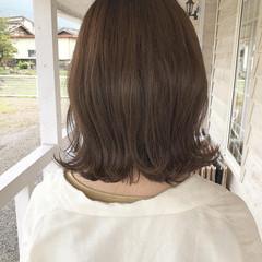 オリーブグレージュ 切りっぱなしボブ オリーブベージュ ナチュラル ヘアスタイルや髪型の写真・画像