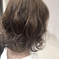 ゆるふわ アッシュグレージュ パーマ ナチュラル ヘアスタイルや髪型の写真・画像