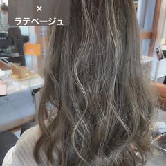 ミルクティー デザインカラー ロング ナチュラル ヘアスタイルや髪型の写真・画像