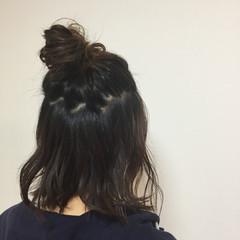 ヘアアレンジ ミディアム メッシーバン ナチュラル ヘアスタイルや髪型の写真・画像