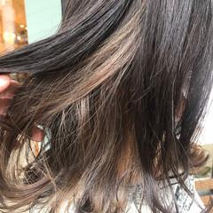 オリーブグレージュ イルミナカラー ミディアム サラサラ ヘアスタイルや髪型の写真・画像