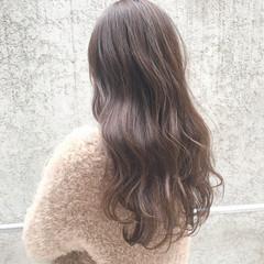 ロング ミルクティーベージュ 大人ハイライト ブリーチ ヘアスタイルや髪型の写真・画像