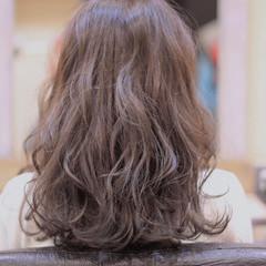 スモーキーカラー ミディアム ウェーブ ロブ ヘアスタイルや髪型の写真・画像