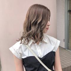 ミディアム ブリーチ バレイヤージュ フェミニン ヘアスタイルや髪型の写真・画像