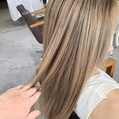 ミルクティーベージュ バレイヤージュ セミロング ブリーチ必須 ヘアスタイルや髪型の写真・画像