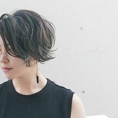 パーマ アッシュ センターパート 黒髪 ヘアスタイルや髪型の写真・画像