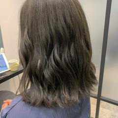 ブリーチなし オリーブベージュ オリーブカラー ミディアム ヘアスタイルや髪型の写真・画像