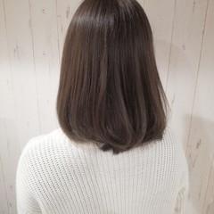 ミディアム ベージュ ナチュラル 艶髪 ヘアスタイルや髪型の写真・画像