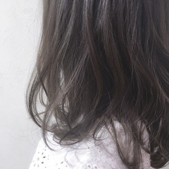 アッシュグレー 外国人風 フェミニン グレージュ ヘアスタイルや髪型の写真・画像