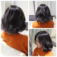 ミディアム グレーアッシュ ウェーブ ストリート ヘアスタイルや髪型の写真・画像
