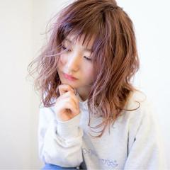 ミディアム ウェットヘア ナチュラル ベリーピンク ヘアスタイルや髪型の写真・画像