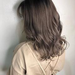 フェミニン ミディアム ダブルカラー ミルクティーグレージュ ヘアスタイルや髪型の写真・画像