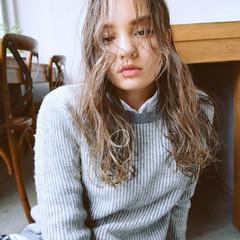 アウトドア 女子会 アンニュイ ロング ヘアスタイルや髪型の写真・画像