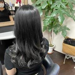 シルバーグレイ セミロング アッシュグレージュ ナチュラル ヘアスタイルや髪型の写真・画像