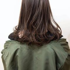 ベージュ 成人式カラー オリーブグレージュ セミロング ヘアスタイルや髪型の写真・画像