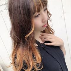 レイヤーロングヘア ゆるウェーブ インナーカラー レイヤースタイル ヘアスタイルや髪型の写真・画像