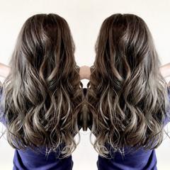 グレーアッシュ 360度どこからみても綺麗なロングヘア エレガント ロング ヘアスタイルや髪型の写真・画像