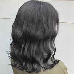 ミディアム アッシュグレージュ ナチュラル ダークグレー ヘアスタイルや髪型の写真・画像