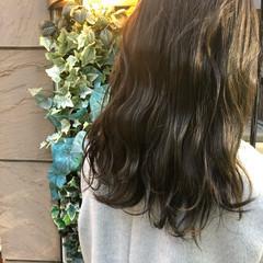 オリーブグレージュ ロング オリーブベージュ ゆるふわパーマ ヘアスタイルや髪型の写真・画像